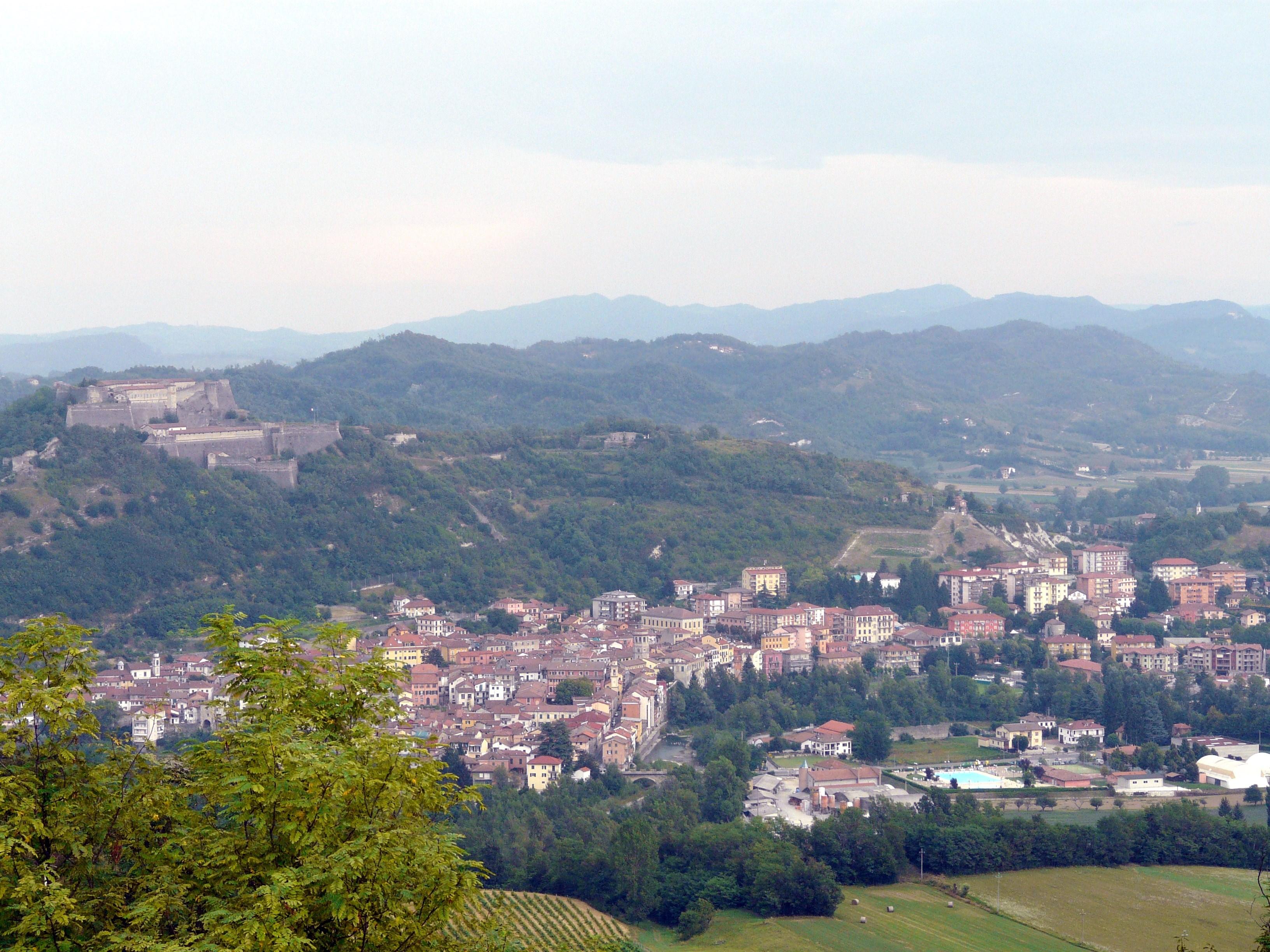 gavi-panorama_di_gavi_e_forte_dal_santuario_della_guardia